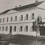 1890: Stará obecná škola před  vybudováním 2. patra